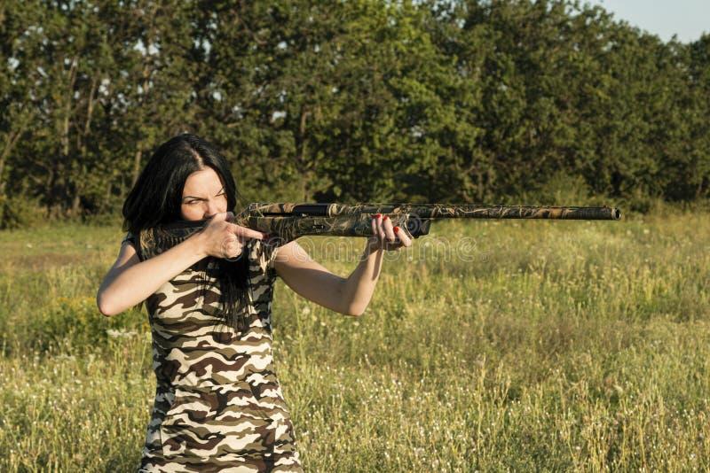 Bello cacciatore della donna con il fucile fotografia stock libera da diritti