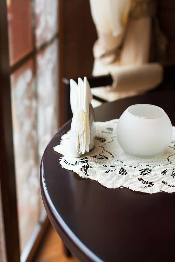 Bello caffè nella progettazione interessante, cosiness, candela, tavola, servizio fotografia stock libera da diritti