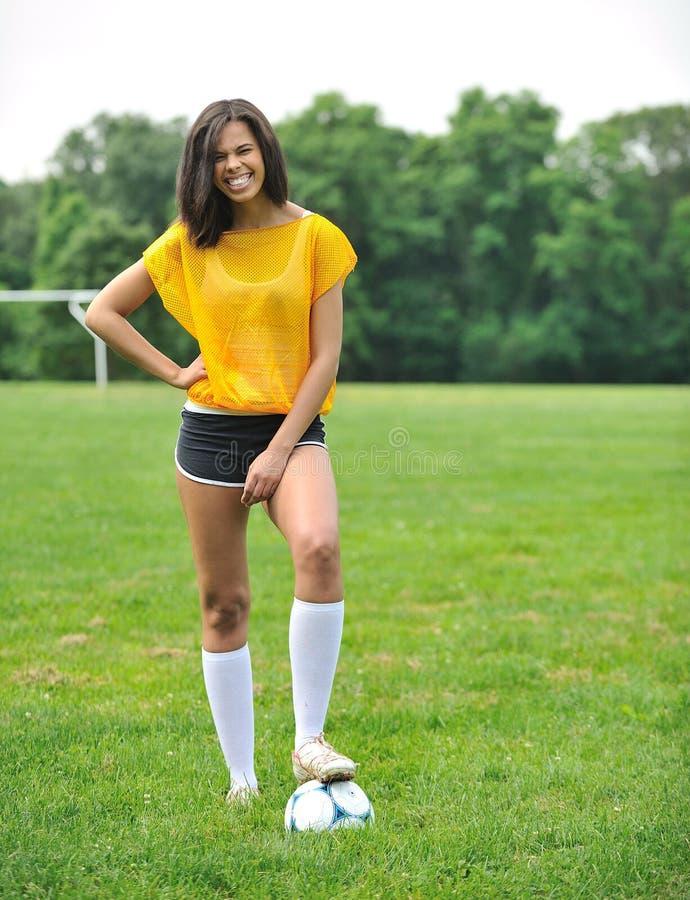 Bello calciatore femminile biracial fotografia stock
