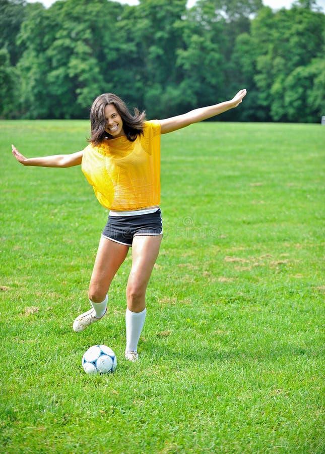 Bello calciatore femminile biracial fotografie stock libere da diritti
