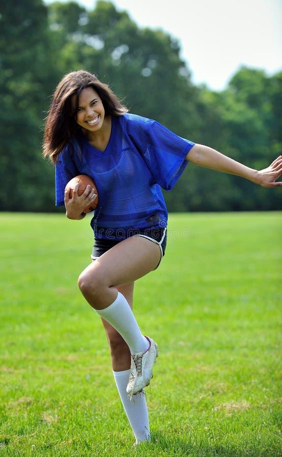 Bello calciatore femminile biracial immagine stock