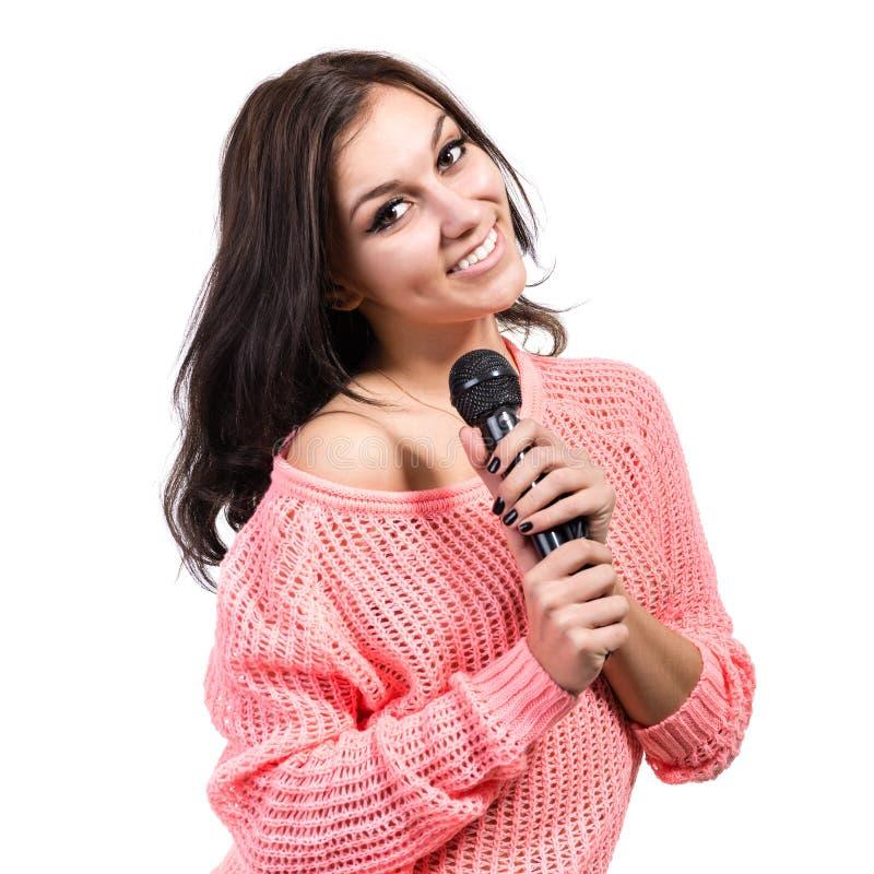 Bello cantante della giovane donna con il microfono immagine stock libera da diritti