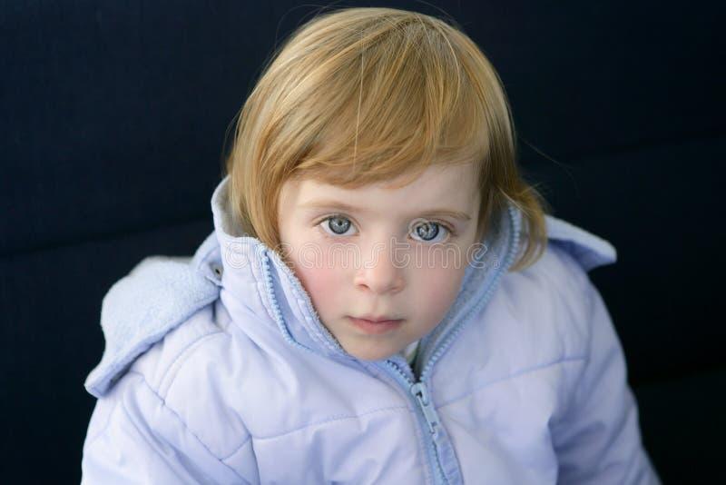 Bello cappotto biondo di inverno della bambina del bambino immagine stock