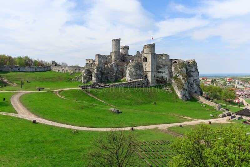 Bello castello in Ogrodzieniec vicino a Cracovia in primavera, Polonia immagini stock