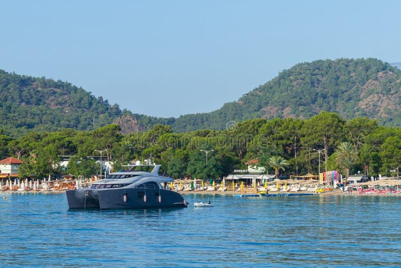 Bello catamarano dell'yacht nel Mediterraneo in Kemer fotografie stock