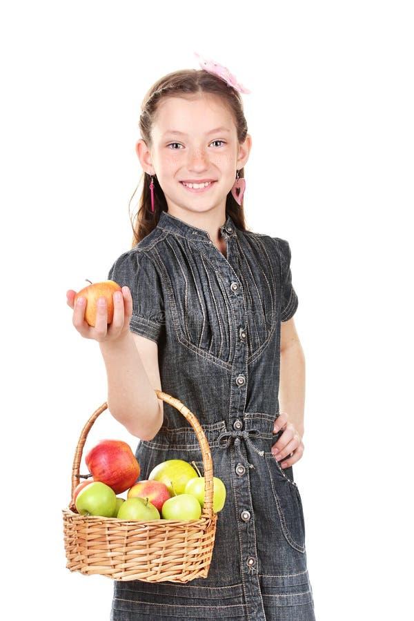 Bello cestino della holding della bambina delle mele fotografie stock libere da diritti