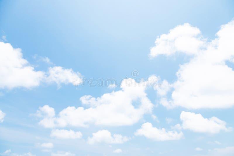 Bello chiaro fondo del cielo blu con la grande nuvola bianca normale immagine stock libera da diritti