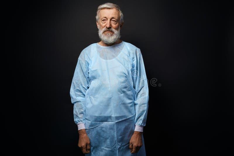Bello chirurgo anziano dopo l'operazione immagine stock