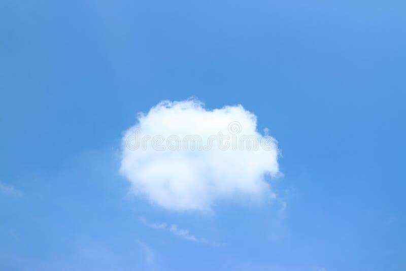 Bello cielo blu e nuvole bianche nel pomeriggio, sfondo naturale immagini stock