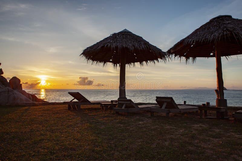 Bello cielo di aumento del sole all'isola una di tao del KOH della maggior parte della destinazione di viaggio popolare in del su fotografia stock