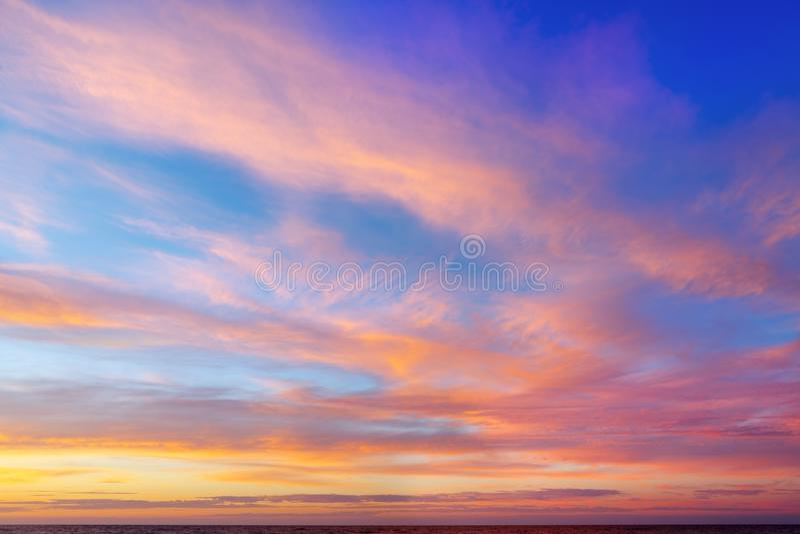 Bello cielo di sera con le nuvole rosa Tramonto sopra il mare fotografia stock libera da diritti