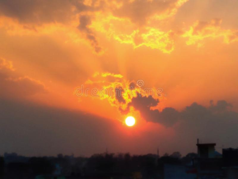 Bello cielo di tramonto con il Sun arancio d'ardore immagini stock