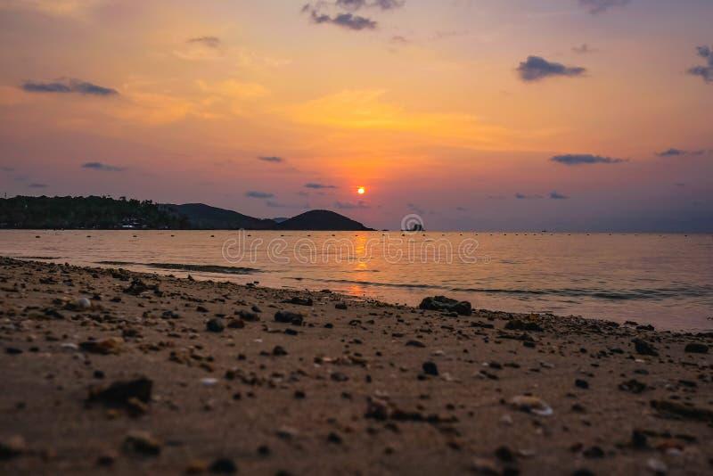 bello cielo di tramonto con l'oceano idilliaco nel tempo di vacanza, fotografie stock