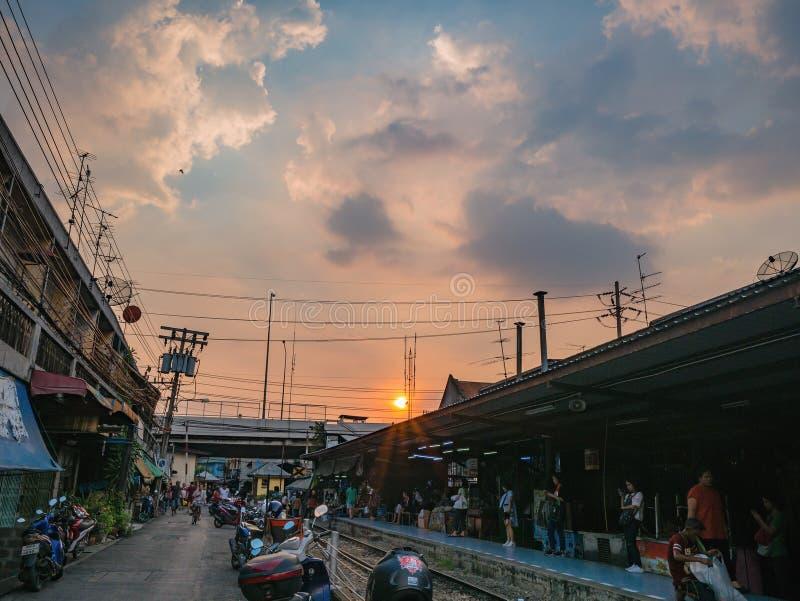 Bello cielo di tramonto con la stazione ferroviaria di phlu di Talat nella città Tailandia di Bangkok fotografia stock libera da diritti