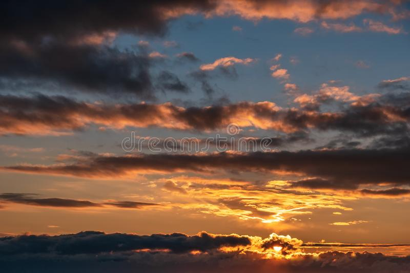 Bello cielo di tramonto con le nuvole drammatiche e la luce crepuscolare, fondo della natura di estate fotografia stock