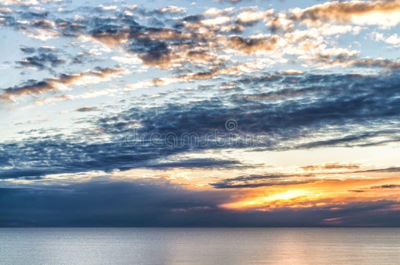 Bello cielo di tramonto sopra l'oceano fotografie stock