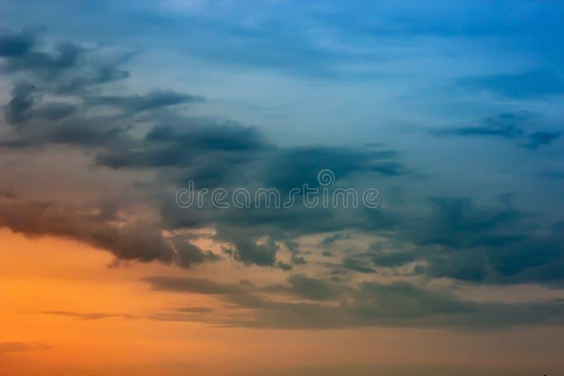 Bello cielo drammatico con le belle nuvole al tramonto fotografia stock