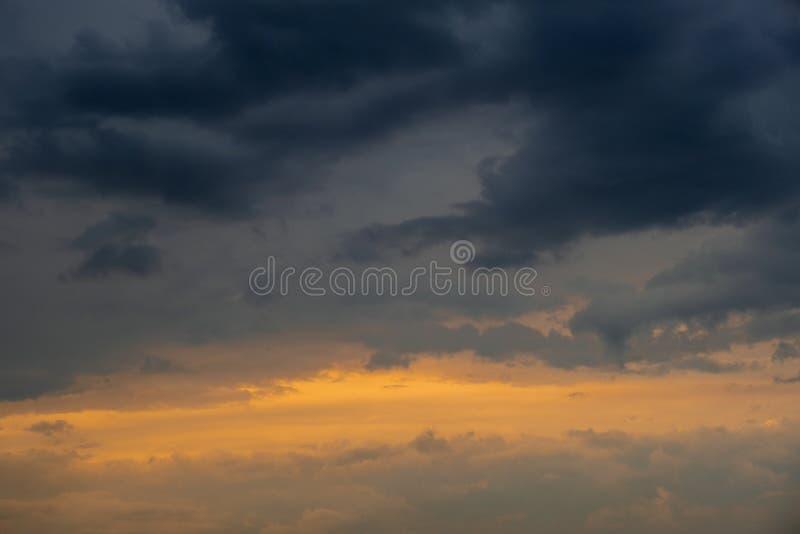 Bello cielo drammatico con le formazioni scure delle nuvole fotografia stock