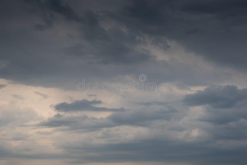 Bello cielo drammatico con le formazioni scure delle nuvole fotografia stock libera da diritti