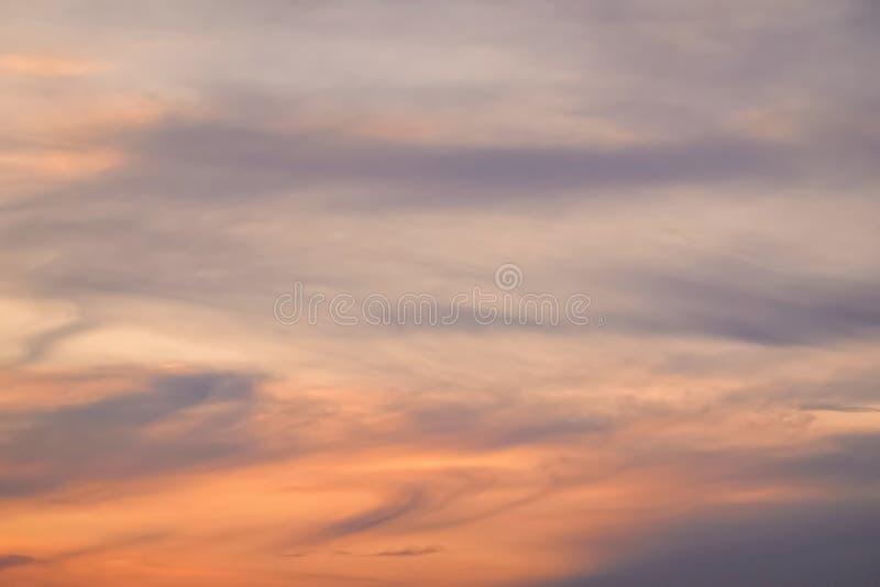 Bello cielo naturale tempestoso di alba di tramonto Il fondo astratto nuvoloso, espone al sole sopra orizzonte, orizzonte Colori  immagine stock