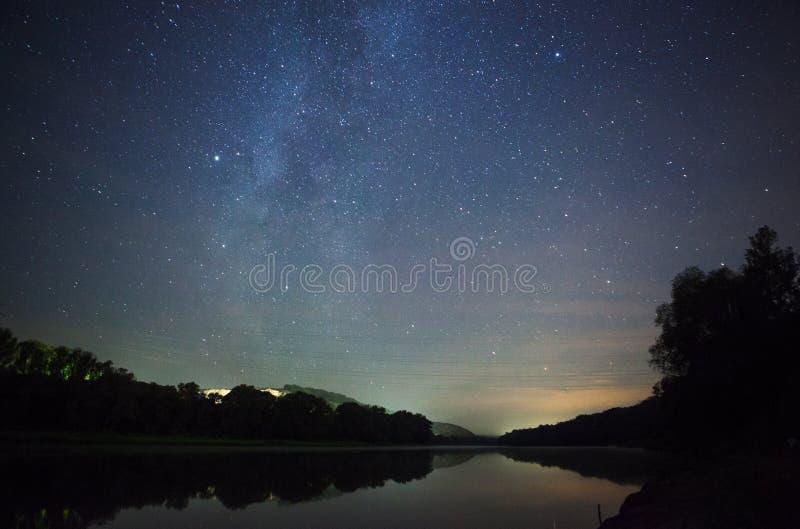 bello cielo notturno, la Via Lattea e gli alberi fotografia stock libera da diritti