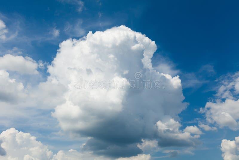 Bello cielo nuvoloso, fondo dell'atmosfera Ozono della natura fotografia stock