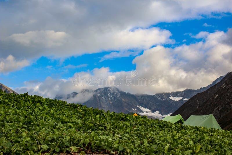 Bello cielo nuvoloso nelle montagne di Himachal Pradesh, India fotografia stock libera da diritti