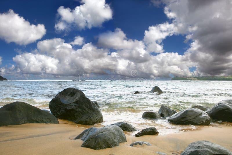 Bello cielo sopra le onde di oceano fotografia stock libera da diritti