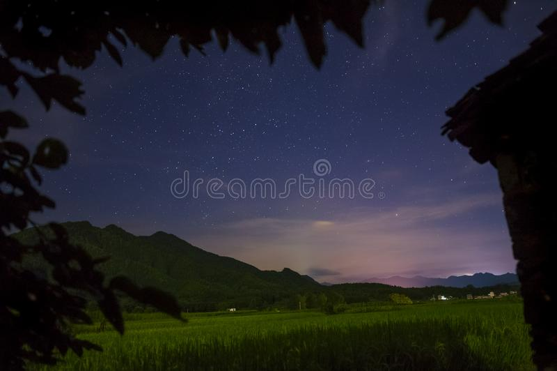 Bello cielo stellato in un villaggio calmo immagine stock libera da diritti