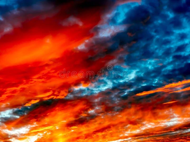 Bello cielo vibrante di tramonto Nuvole luminose drammatiche di tramonto Cielo variopinto con il fondo delle nuvole illustrazione di stock