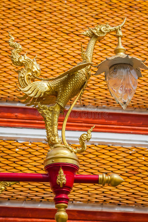 Bello cigno dorato tradizionale tailandese sulla posta della lampada di via in sedere immagini stock