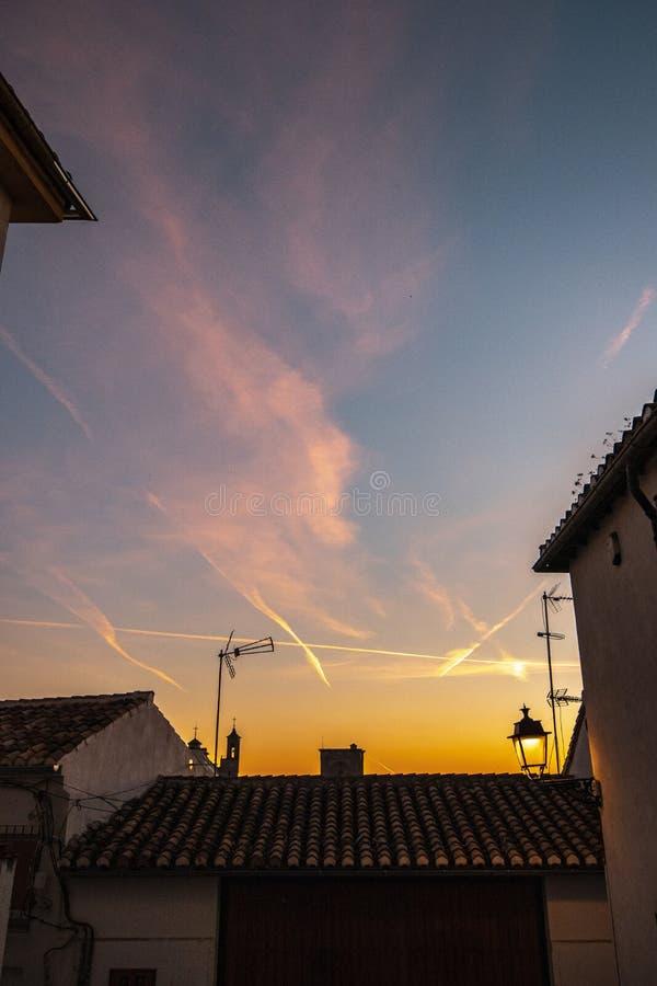 Bello colpo del cielo con le tracce e le nuvole dell'aeroplano immagini stock libere da diritti