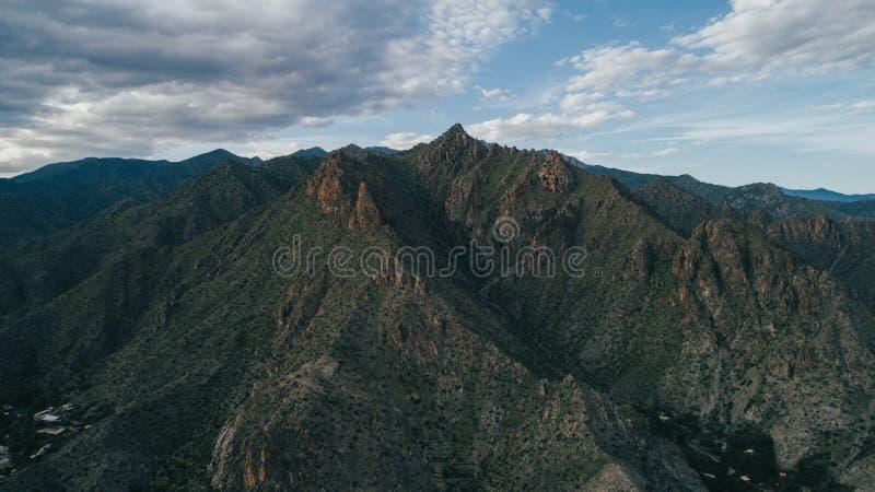 Bello colpo delle alte montagne in Armenia con i cieli nuvolosi fotografie stock libere da diritti