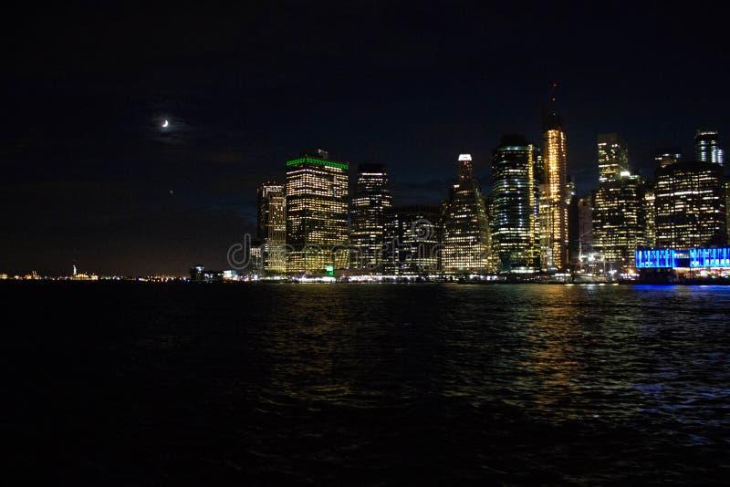 Bello colpo di Manhattan ed il ponte alla notte fotografia stock libera da diritti
