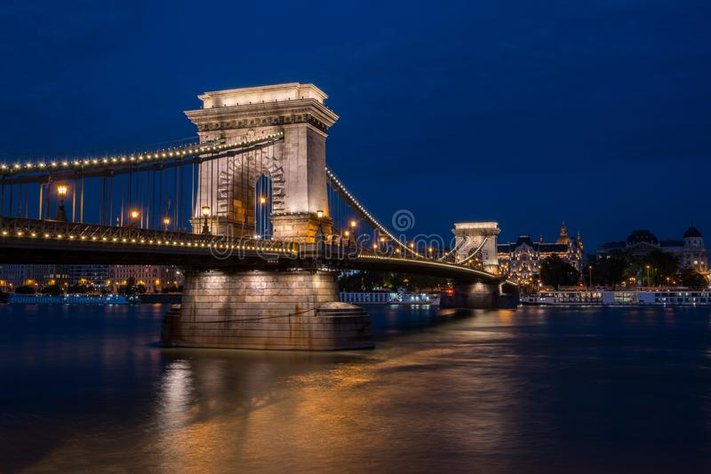 Bello colpo di notte del ponte a catena illuminato a Budapest attraverso il Danubio in Ungheria fotografie stock libere da diritti
