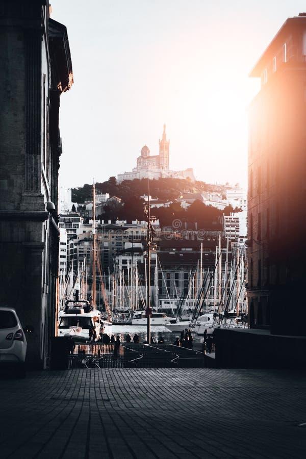 Bello colpo di un porto con i lotti delle barche messe in bacino nell'acqua a Marsiglia, Francia fotografie stock