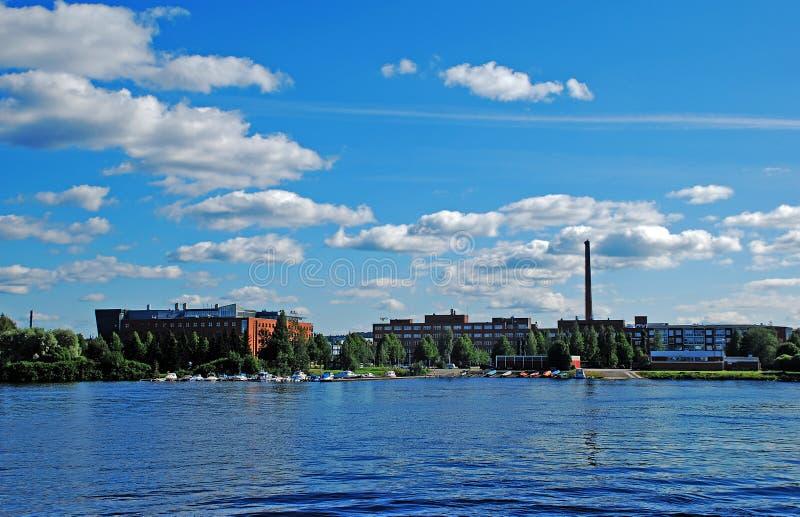 Bello colpo di una città presa da un fiume fotografia stock
