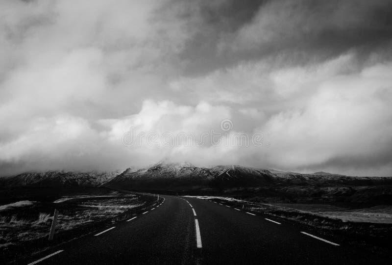 Bello colpo di una strada stretta con le nuvole strabilianti nei precedenti fotografia stock libera da diritti