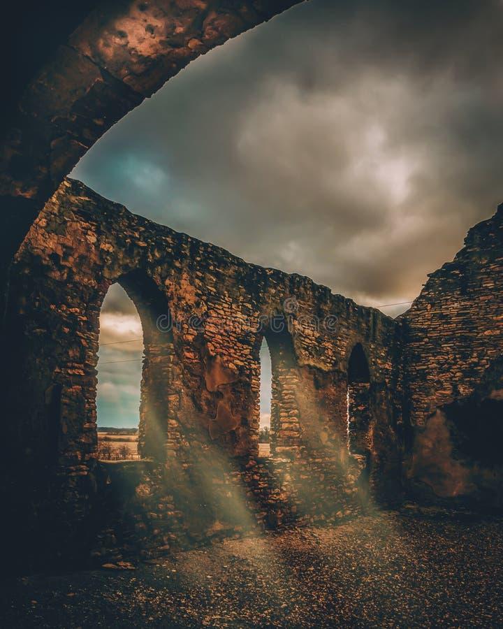 Bello colpo verticale di un viadotto medievale di pietra fotografia stock