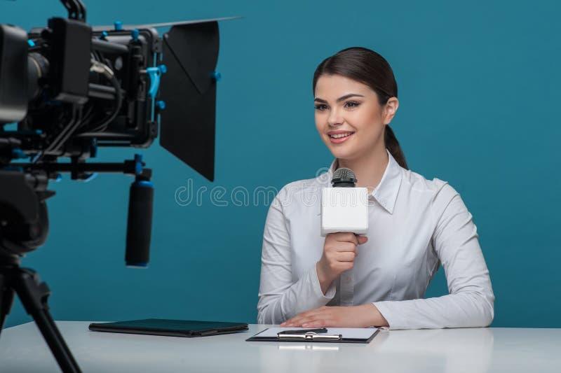 Bello commentatore del notiziario della ragazza TV con il sorriso grazioso fotografie stock libere da diritti