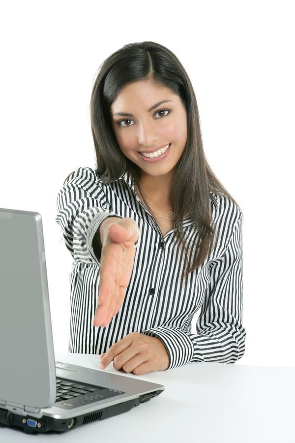 Bello computer portatile indiano della donna di affari del brunette fotografia stock