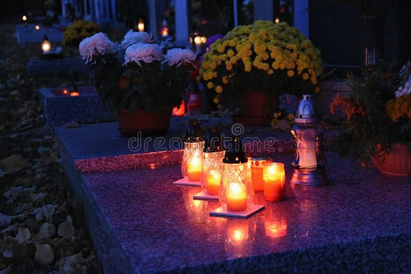 Bello concetto di notte di autunno Cimitero e Halloween Candela nella tomba fondo per Halloween immagine stock libera da diritti