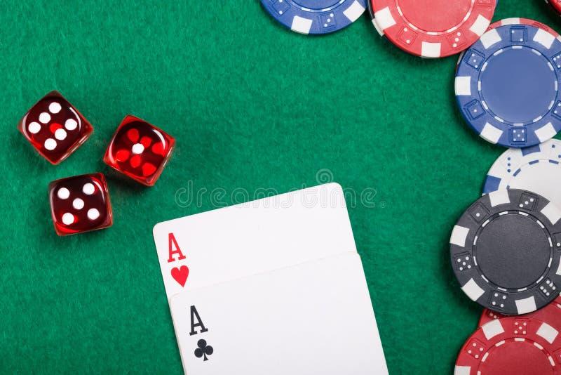 Bello concetto su una tavola della mazza dei dadi e delle carte e dei chip di mazza immagine stock