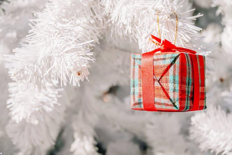 Bello contenitore di regalo accessorio sull'albero di Chrismas per la decorazione di Natale fotografie stock libere da diritti
