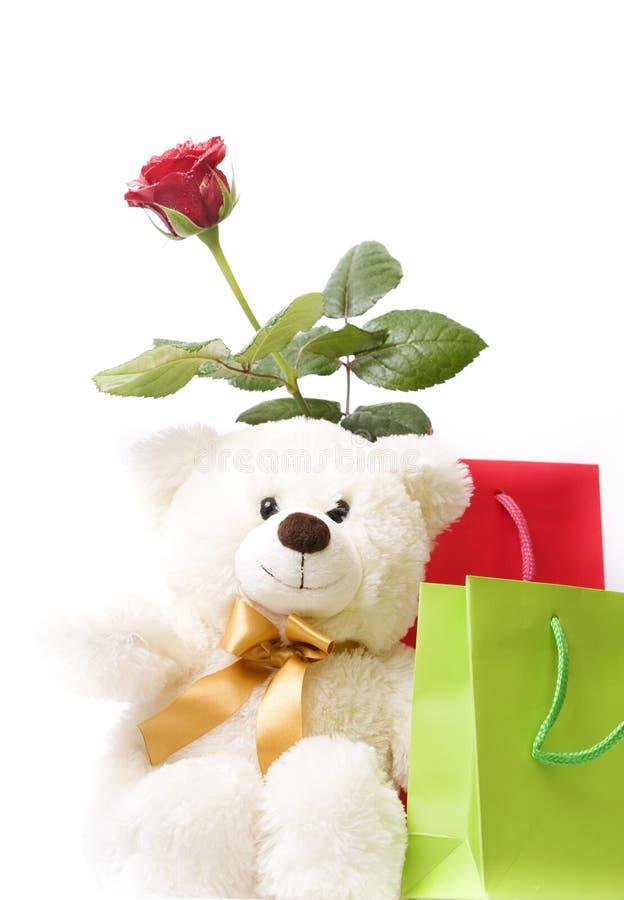 Bello contenitore di regalo, colore rosso di rosa ed orso dell'orsacchiotto fotografia stock