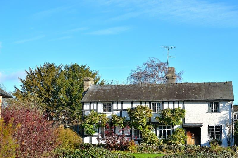 Bello cottage armato in legno in campagna inglese immagine - Soleggiato in inglese ...