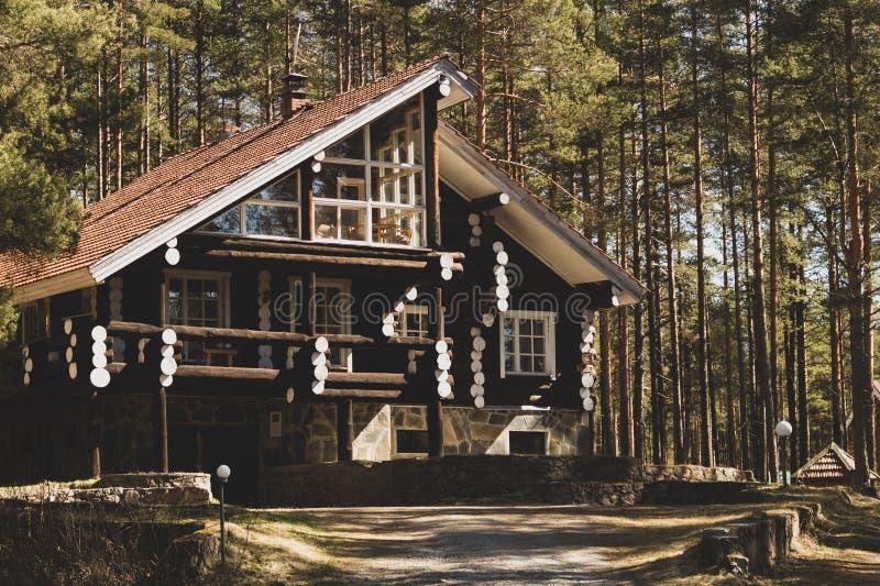 Bello cottage di legno del ceppo nella foresta fotografie stock libere da diritti