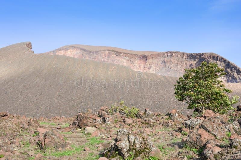 Bello cratere fuming del vulcano di Telica fotografia stock