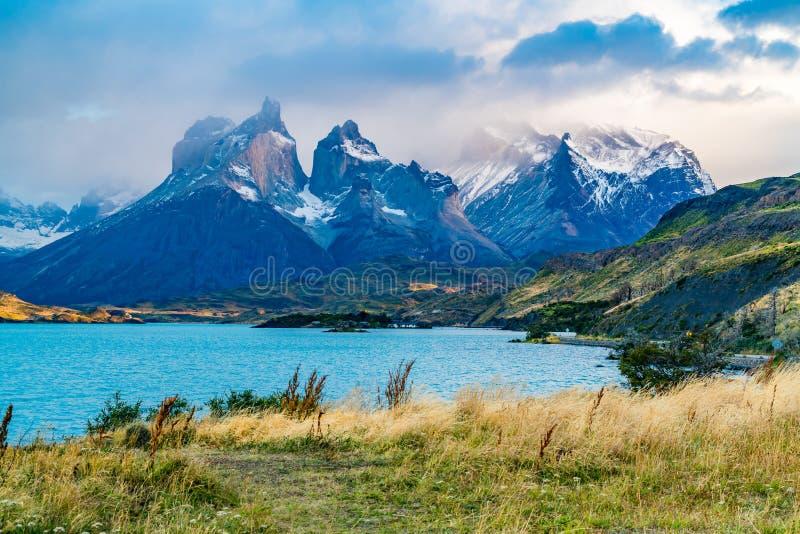 Bello Cuernos del Paine Mountain nebbioso nella sera immagine stock