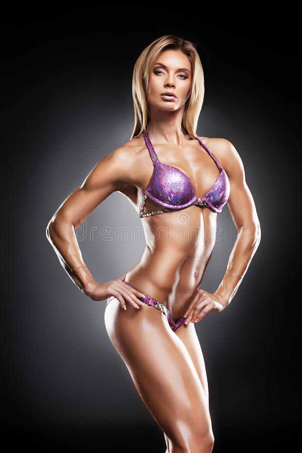 Bello culturista femminile che mostra il suo corpo sexy. immagini stock